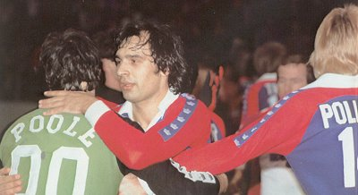 Steve Zungul consoling Mick Poole after the 1980 Championship Game